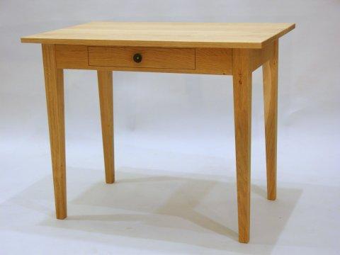 Kleiner Tisch mit Schublade